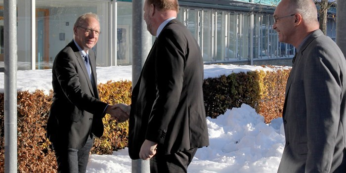 The head of DTU Energi Søren Linderoth welcomes the Danish minister for Energy, Utilities and Climate Lars Chr. Lilleholt and the president of DTU Anders Bjarklev to the premises of DTU Energy